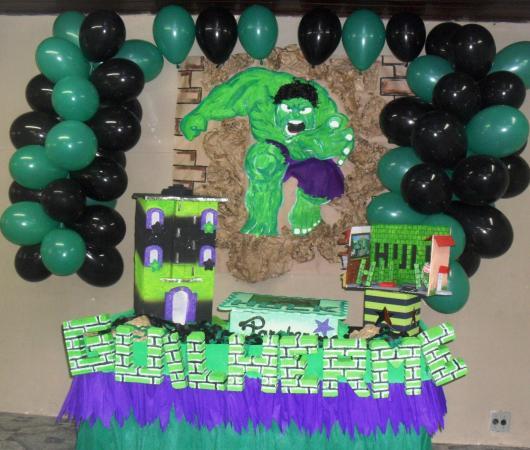 Festa do Hulk decoração simples com toalha de mesa de TNT e painel pintado
