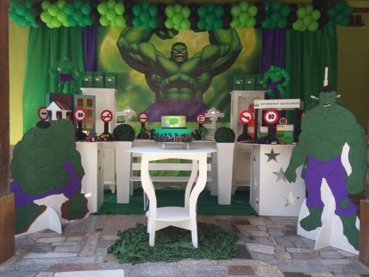 Festa do Hulk decoração provençal com painel personalizado e bexigas