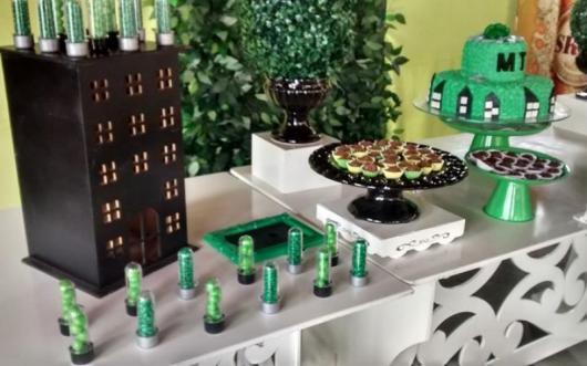 Festa do Hulk decoração simples com mesa provençal branca e bandejas brancas