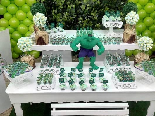 Festa do Hulk decoração provençal com boneco do personagem 3D na mesa de doces