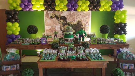 Festa do Hulk decoração provençal com painel verde e moldura de bexigas verdes, roxas e pretas