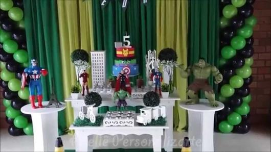 Festa do Hulk decoração com bonecos