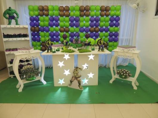 Festa do Hulk decoração provençal com painel de bexigas