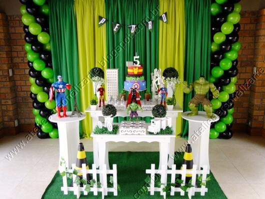Festa do Hulk decoração provençal com cortina verde e bexigas