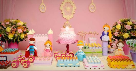 Mesversário decoração das Princesas com painel de tecido e apliques de MDF