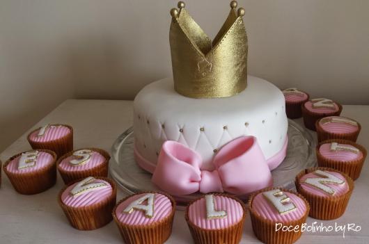 Mesversário decoração das Princesas simples com bolo e cupcakes personalizados