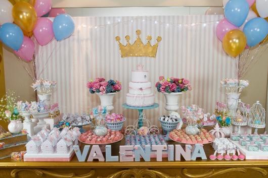 Mesversário decoração das Princesas com balões rosas e azuis