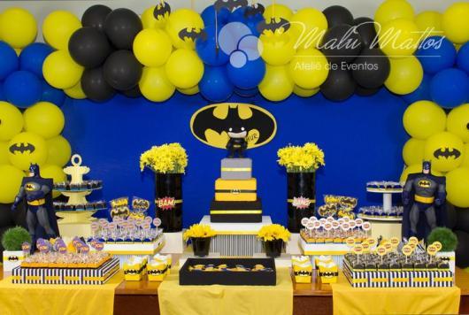 Mesversário decoração do Batman com balões e docinhos decorados com toppers