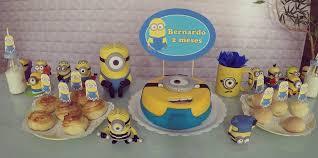 Mesversário decoração dos Minnions com bolo decorado e bonecos