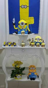 Mesversário decoração dos Minnions com bonecos e painel de papel personalizado