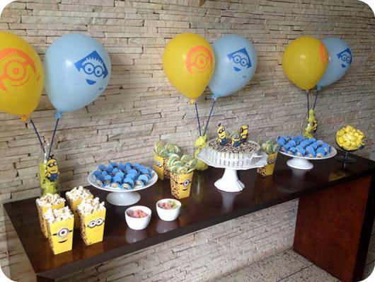 Mesversário decoração dos Minnions com kit festa e balões com desenho dos personagens