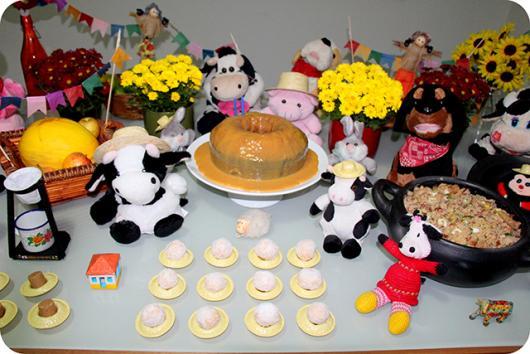 Mesversário decoração Fazendinha com flores e bichinhos de pelúcia