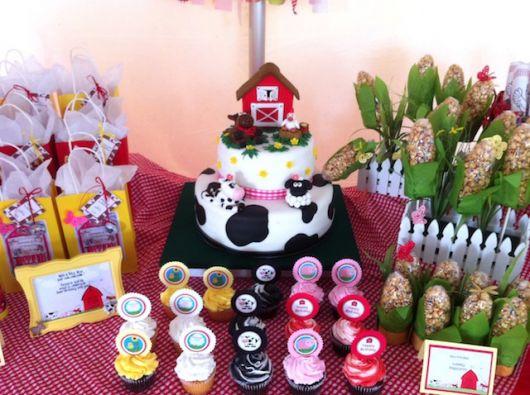 Mesversário decoração Fazendinha com bolo fake e lembrancinhas no formato de milho