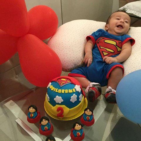 Mesversário decoração Super Homem com bolo e cupcake