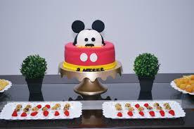 Mesversário decoração Mickey com bolo e docinhos
