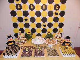 Mesversário decoração com bolas de papel pretas e amarelas