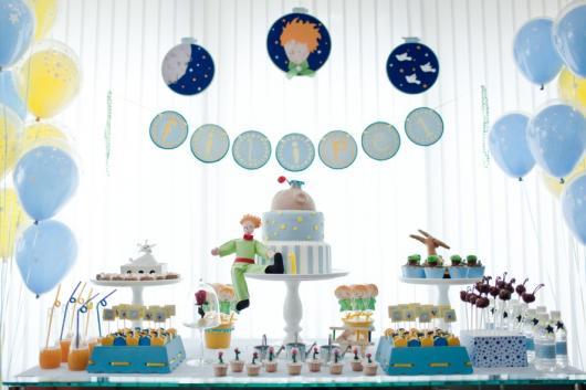 Mesversário decoração Príncipe com bonecos de feltro e aplique de papel