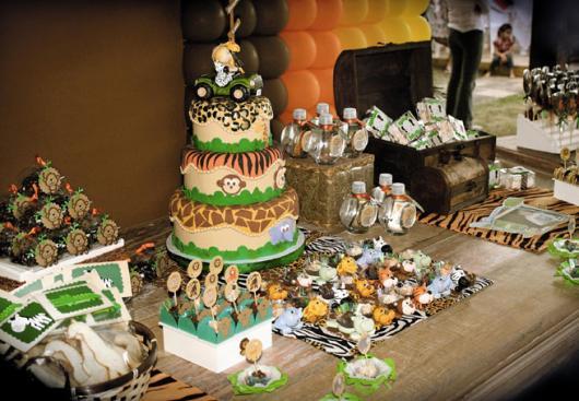 Mesversário decoração Safari com bolo fake e docinhos personalizados