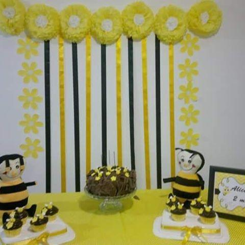 Mesversário decoração com cortina de fitas e flores de papel crepom