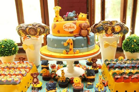 Mesversário decoração Safari com bolo personalizado e cupcakes com aplique 3D