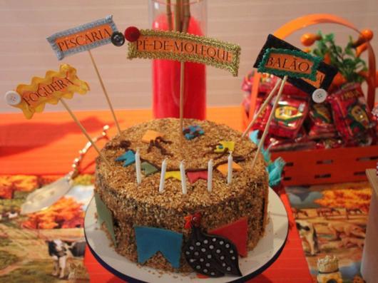Mesversário decoração Festa Junina com bolo de paçoca