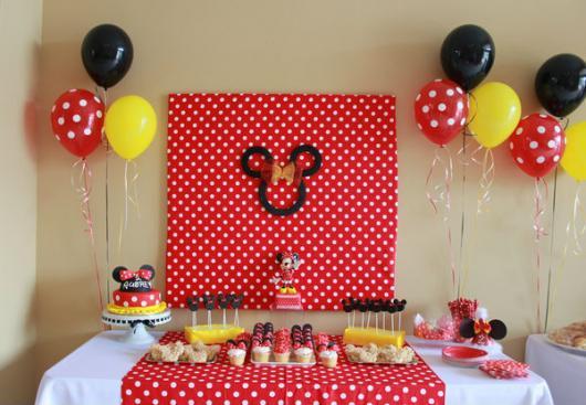 Mesversário decoração com painel de tecido e balões