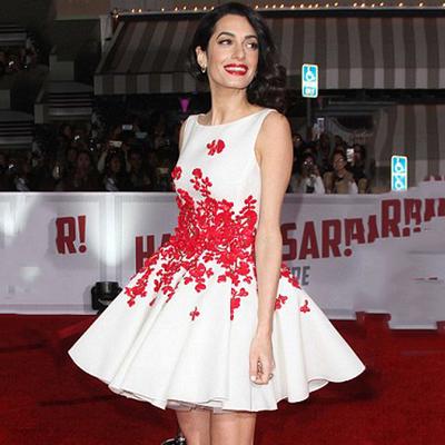 vestido curto vermelho e branco