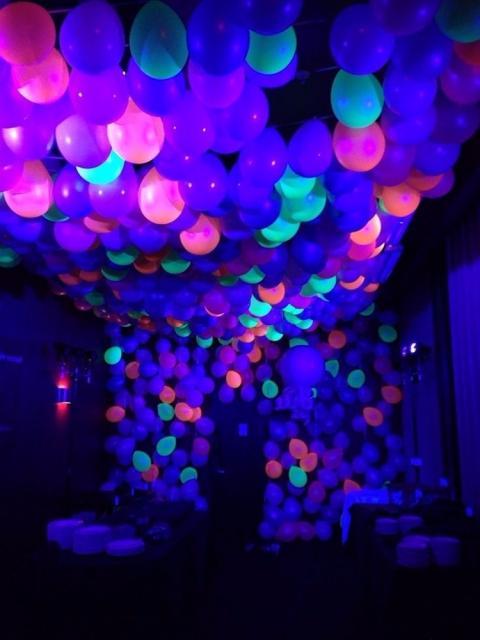 balão neon no teto