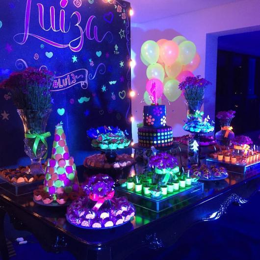 aniversário no balão neon
