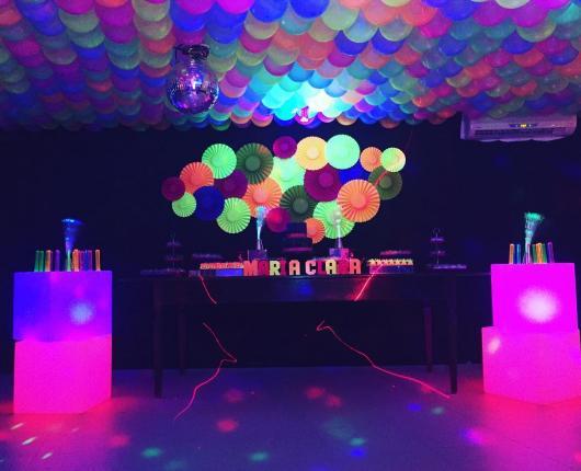 usando balão neon na decoração