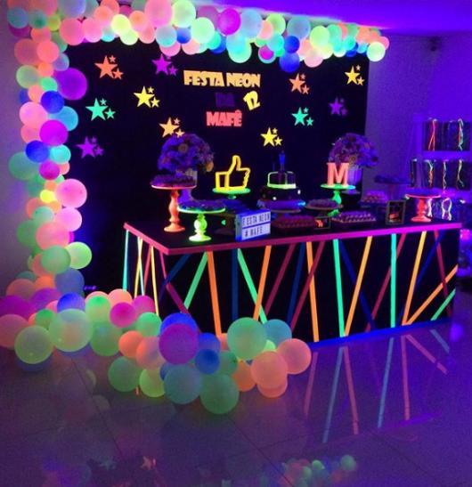festa decorada com balão neon