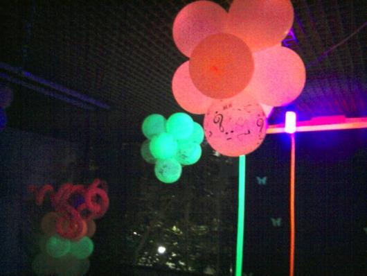 boate decorada com balão neon