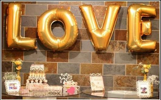 Balões de Festa com formato de letra em decoração de noivado