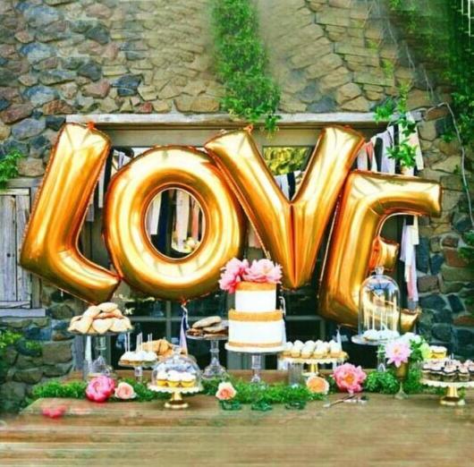Balões de Festa metalizados formando a palavra love