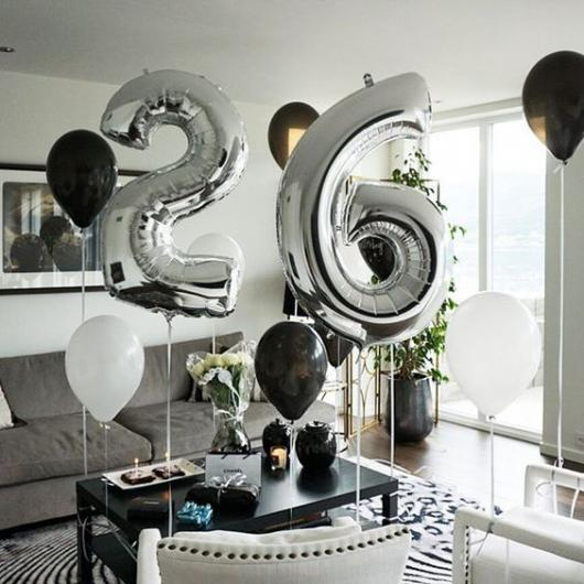 Balões de Festa com formato de número em decoração preta e branca