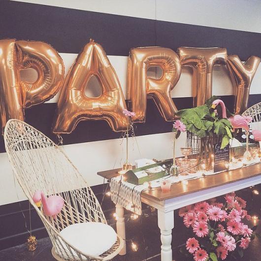 Balões de Festa com formato de letra em decoração de festa de 18 anos
