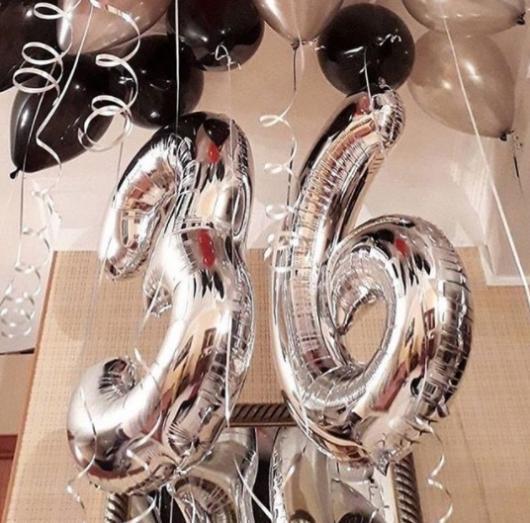 decoração com balão de número prateado