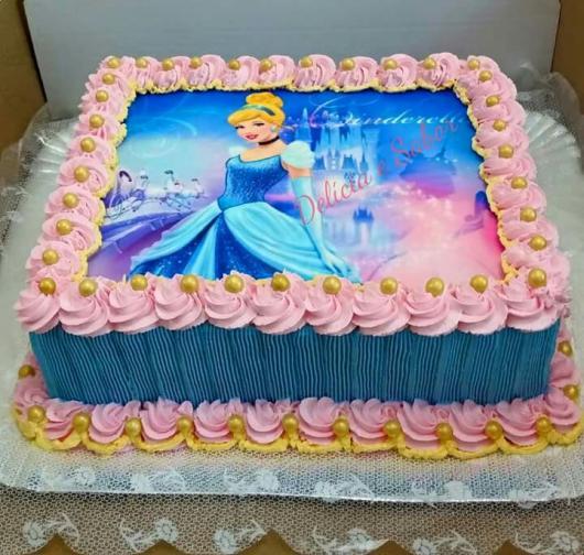 Bolo da Cinderela com papel de arroz e chantilly azul e rosa