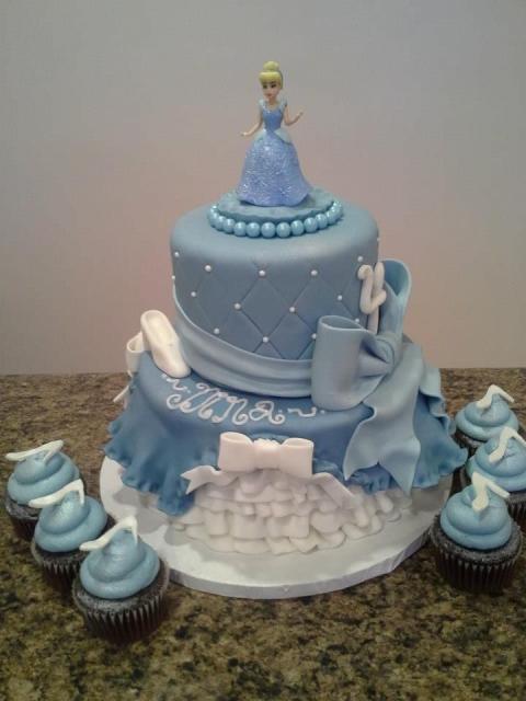 Bolo da Cinderela com 2 andares azul e branco