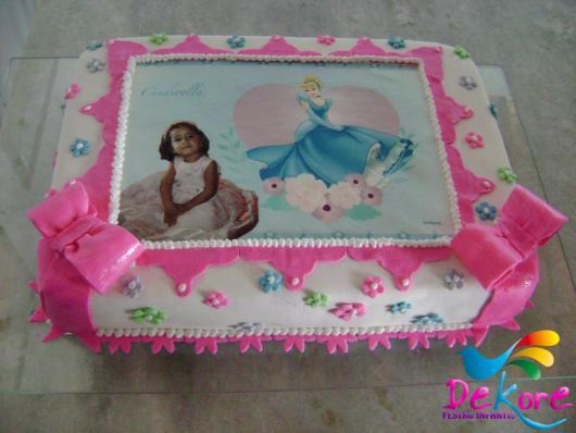 Bolo da Cinderela quadrado com papel de arroz e pasta americana branca e rosa