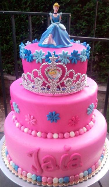 Bolo da Cinderela azul e rosa com flores