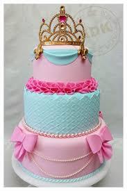 Bolo da Cinderela azul e rosa com coroa e laços