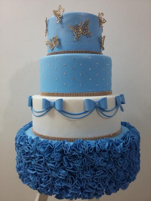 Bolo da Cinderela fake azul e branco com aplique de borboletas