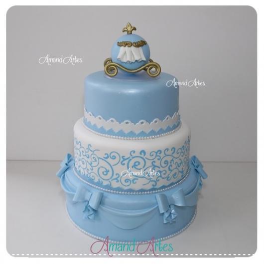 Bolo da Cinderela fake azul e branco com laços