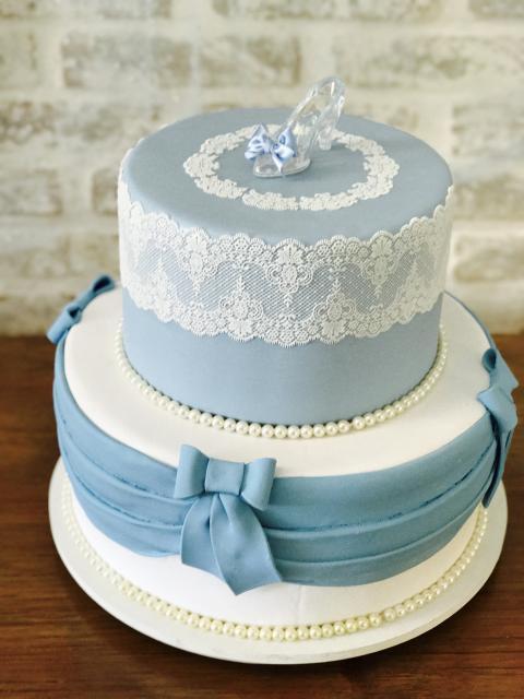 Bolo da Cinderela fake azul e branco com renda