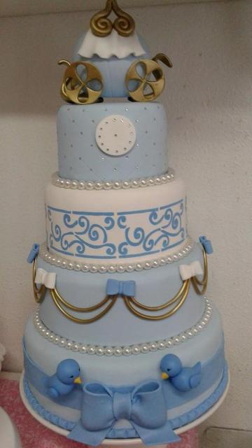 Bolo da Cinderela fake azul e branco com passarinhos