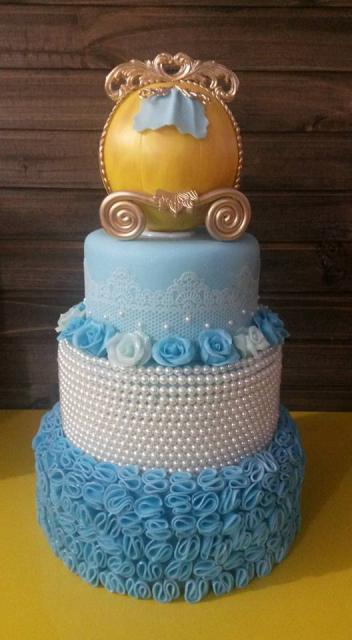 Bolo da Cinderela fake azul com carruagem dourada e pérolas