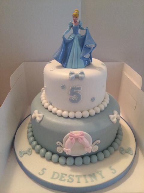 Bolo da Cinderela com azul e branco com Cinderela no topo