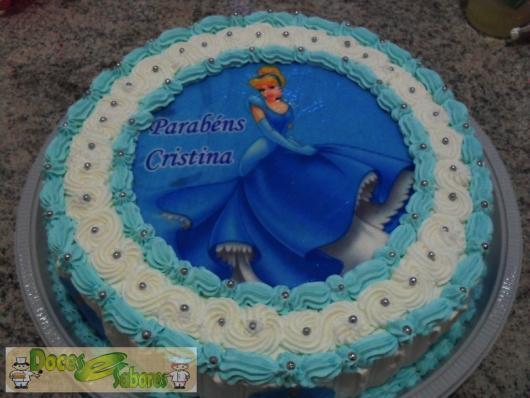 Bolo da Cinderela com papel de arroz e chantilly azul e branco