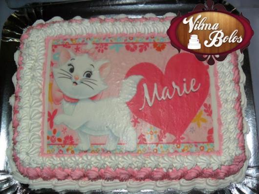 Bolo da Gatinha Marie com papel de arroz e chantilly branco e rosa